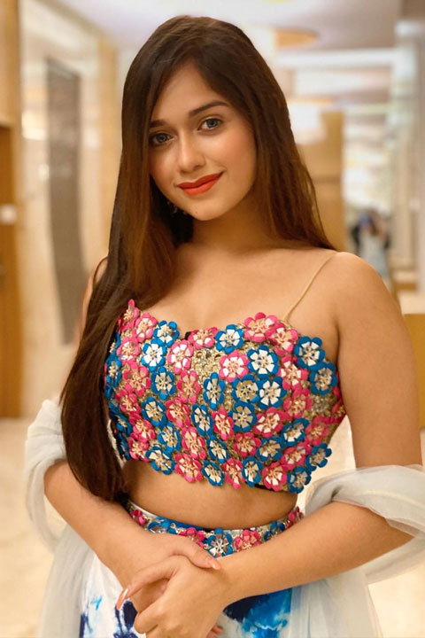 Jannat Zubair Rahmani wearing flower sleeveless blouse and looking with her beautiful blue eyes