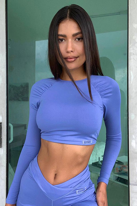 Flomoneyyy is looking hot in blue blouse and trouser.