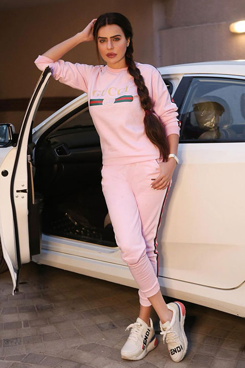 Dolly-Fashion in pink track suite