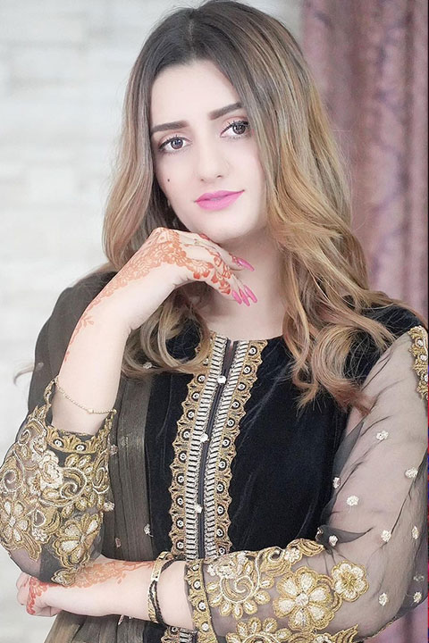 Sundal Khattak with blonde hair and mehandi on her hands